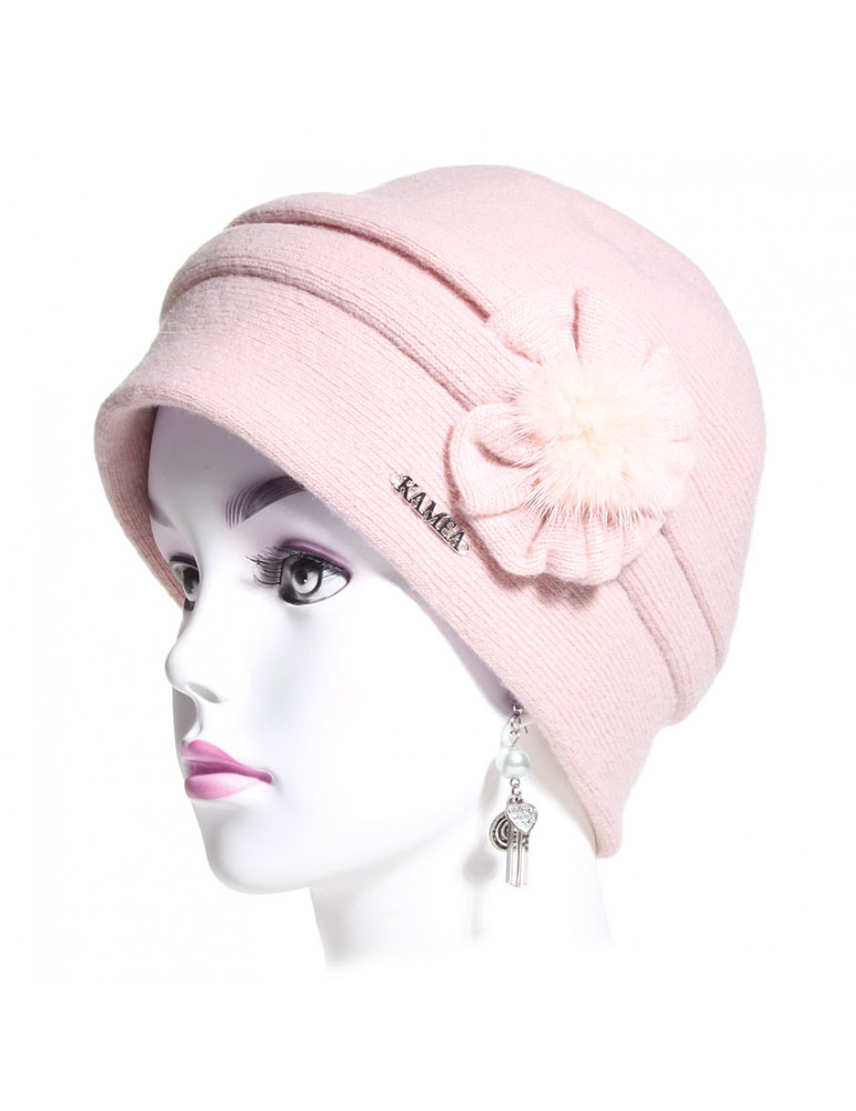 bonnet laine rose avec composition florale